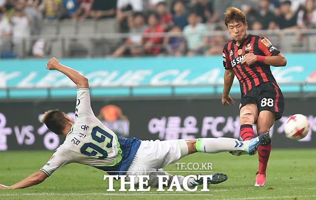 전북 김신욱이 서울 이규로가 슛을 시도하자 몸을 날려 저지하고 있다.