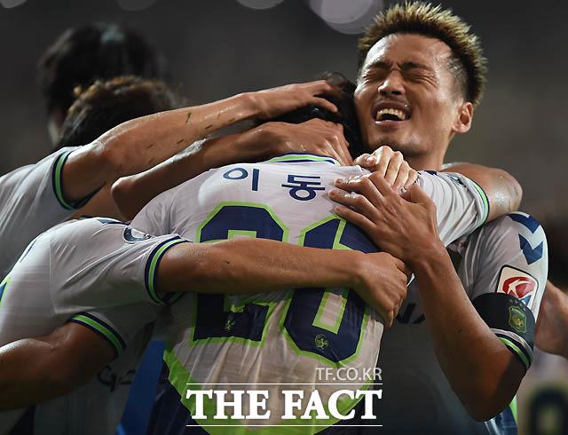 전북 이동국이 후반 팀 두번째골을 성공시킨 뒤 동료들과 포옹을 나누며 기뻐하고 있다.