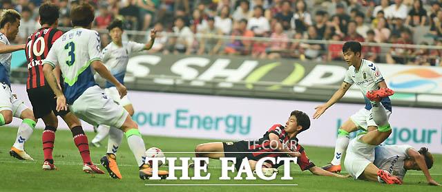 서울문전에서  전북과 서울 선수들이 거친 볼다툼을 벌이고 있다.