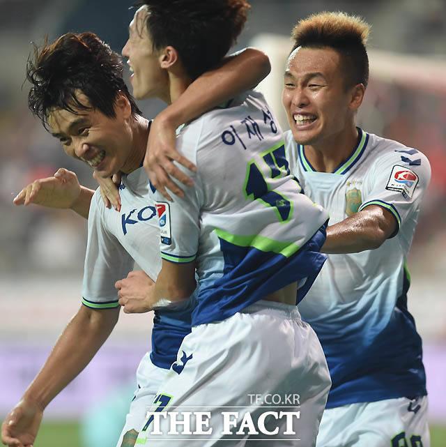 전북 이재성이 후반 선취골을 성공시킨 뒤 이동국, 김신욱과 기쁨을 나누고 있다.