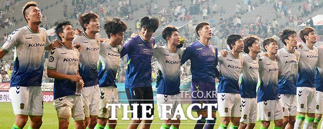 전북이 2-1로 승리를 거둔 가운데 선수들이 경기 종료 후 서포터즈 앞에서 세리머니를 하고 있다.