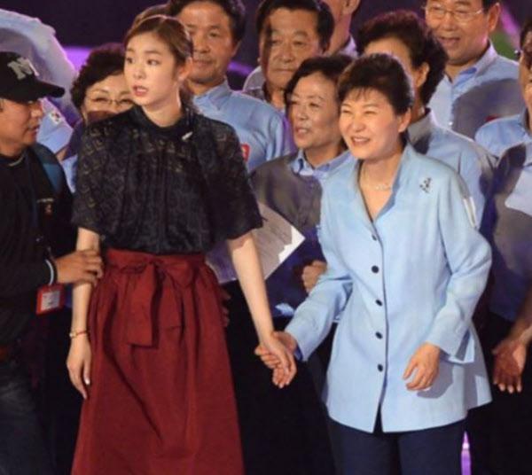 김연아는 지난해 광복절 행사에서 박근혜 전 대통령의 손을 뿌리쳤다는 구설에 휩싸인 바 있다. /온라인 커뮤니티