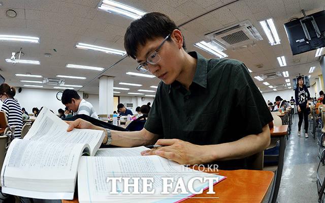 소리 없는 전쟁 9급 공무원 시험을 준비하는 명모 씨가 서울 동작구 노량진의 한 학원에서 수업 준비를 하고 있다. /이덕인 기자