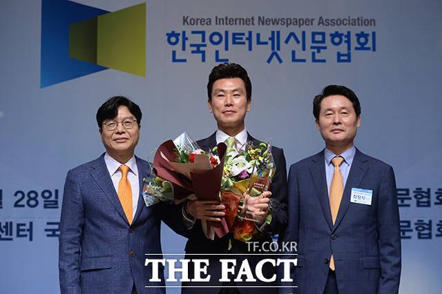김상규 <더팩트> 대표(가운데)가 28일 오전 서울 중구 프레스센터에서 열린 한국인터넷신문협회(회장 이근영, 이하 인신협) 주관 제1회 인터넷 언론상 인터넷신문상을 수상하고 있다. /임세준 기자