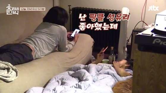 이상순 성유리 좋아했다 이상순(왼쪽)이 성유리의 결혼 소식을 전하는 아내 이효리에게 핑클 시절 성유리를 좋아했다고 고백하고 있다. /JTBC 방송화면