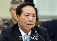 [TF포토] '北 미사일 도발'에 심각한 송영무 국방부 장관
