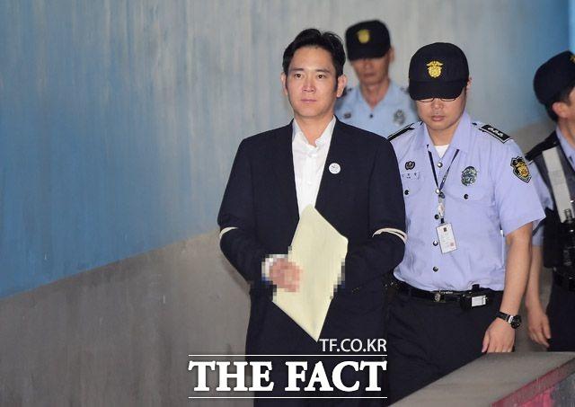이재용 삼성전자 부회장이 3일 진행된 피고인 신문에서 특검의 공소내용에 관해 사실이 아니다라며 혐의 대부분을 부인했다. /배정한 기자