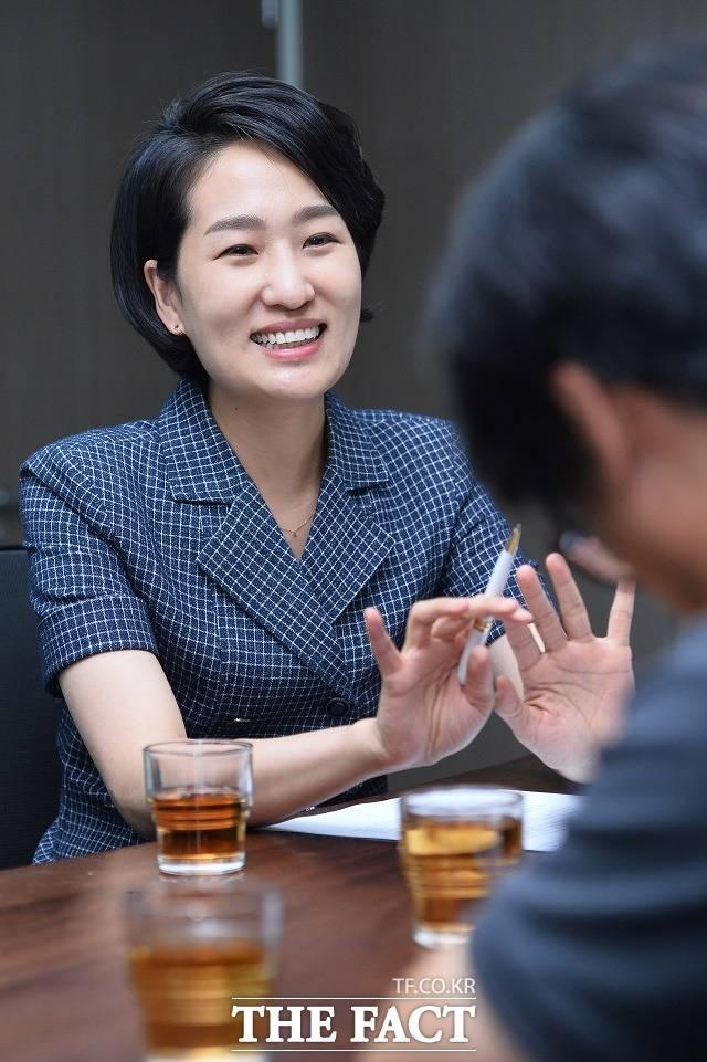 김 의원은 의원 발의 안에 대해서도 규제 심사와 일몰제를 적용해 불필요한 규제의 신설 및 강화를 최소화하는 방안을 검토할 필요가 있다고 했다. 김 의원이 답변하며 웃고 있다.