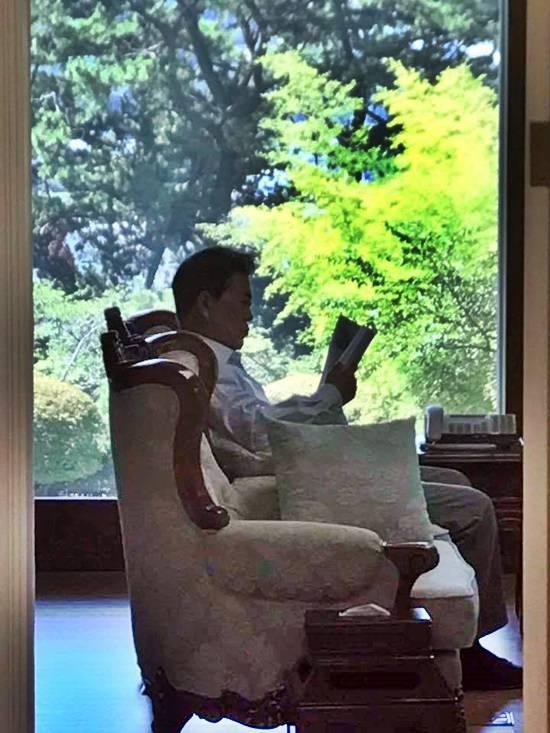 청와대는 17일 문재인 대통령의 취임 100일을 맞아 출입기자를 대상으로 마련한 청와대 개방행사에서 국민이 만든 대통령의 서재를 공개한다. 지난 5일 여름 휴가서 복귀한 문 대통령이 책을 읽고 있다. /청와대 제공