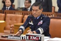 [TF포토] 정경두 합참의장 후보자, 청문회서도 군인정신...'각(?)이 생명'