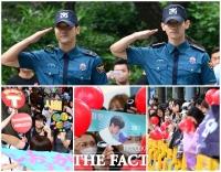 [TF사진관] 최시원-최강창민 전역…'환영하는 팬들'