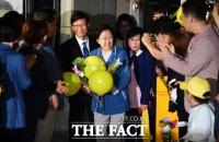 [TF포토] 한명숙 전 총리, '지지자들 환호 속 만기 출소'