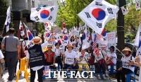 [TF포토] '이재용 1심 선고 임박' 법원으로 몰리는 친박단체