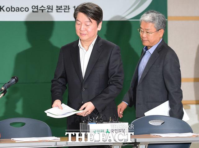 회의장으로 들어서는 안철수 대표(왼쪽)와 김동철 원내대표