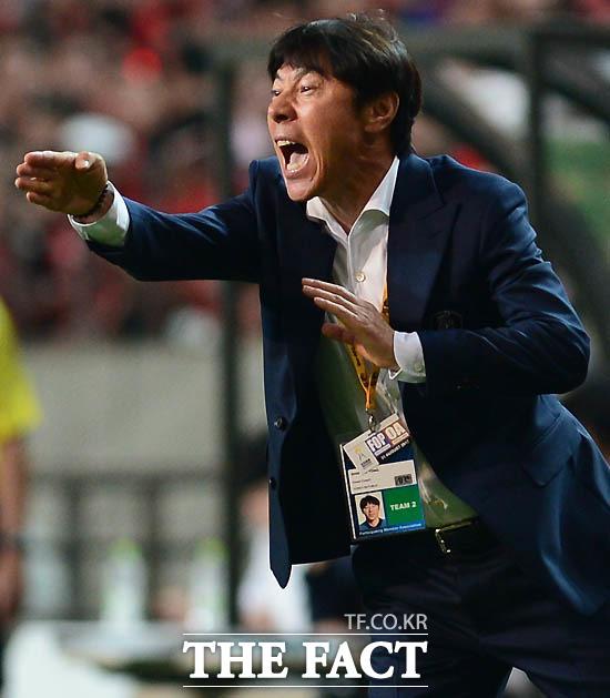 한국 신태용 감독이 경기 중 작전을 지시하고 있다.