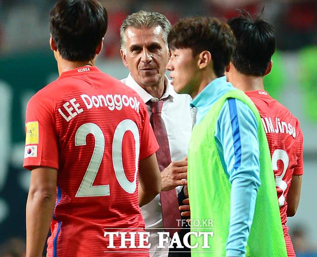 이란 케이로스 감독이 한국과 0-0으로 비긴 뒤 그라운드로 들어와 이동국과 인사를 나누고 있다.