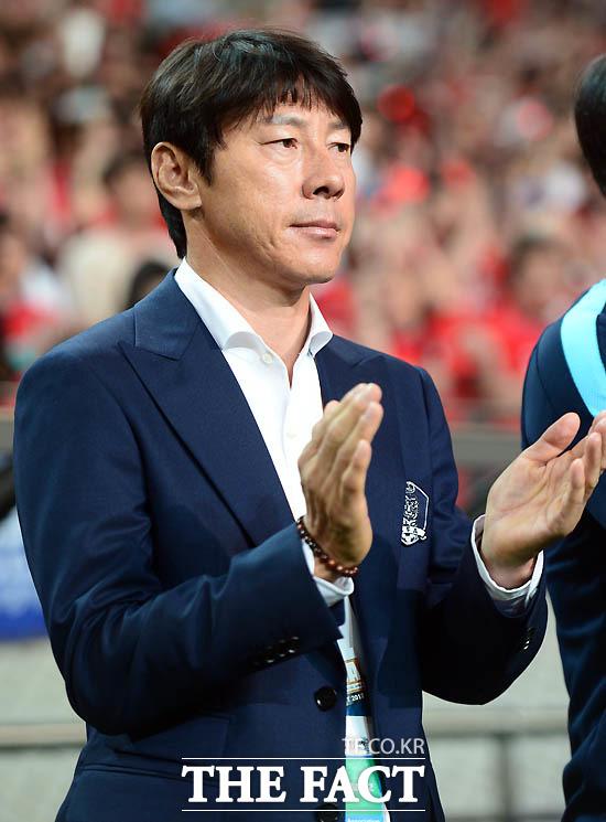 한국 신태용 감독이 애국가 연주 후 박수를 치고 있다.