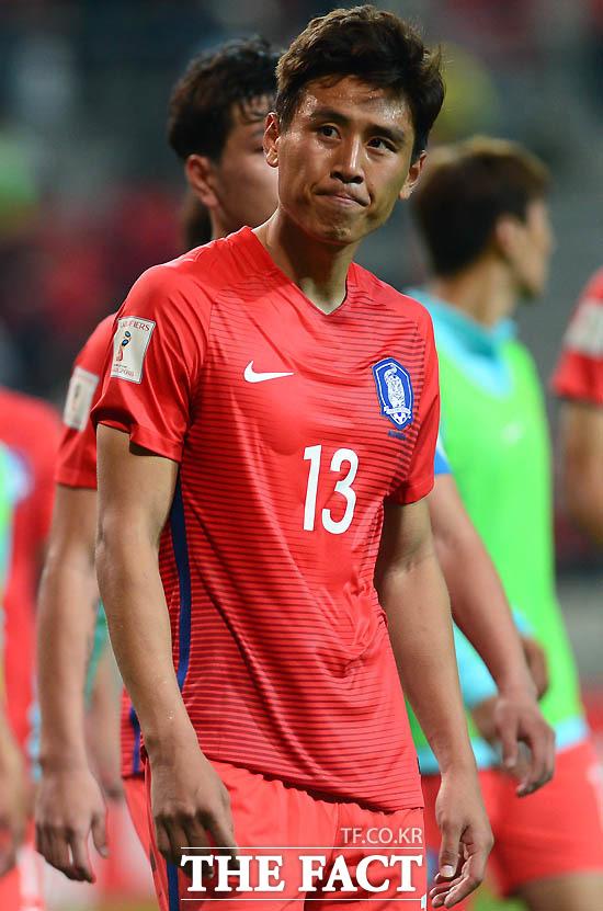 한국 구자철이 0-0으로 이란과 비긴 뒤 아쉬운 표정으로 그라운드를 떠나고 있다.
