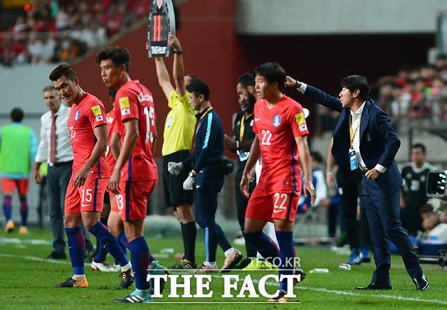 한국 신태용 감독이 경기 중 선수들에게 작전을 지시하고 있다.