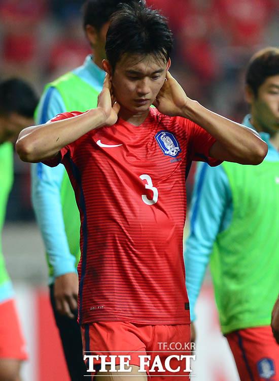 한국 김진수가 0-0으로 이란과 비긴 뒤 아쉬운 표정으로 그라운드를 떠나고 있다.