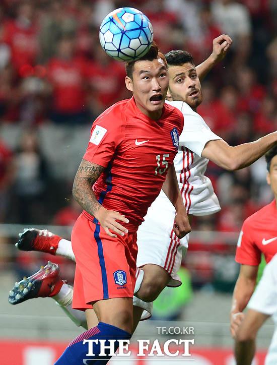 한국 장현수가 이란문전에서 헤딩슛을 시도하고 있다.