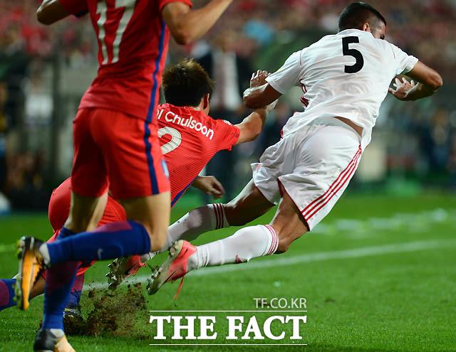한국 최철순이 이란선수와 거친 몸싸움을 벌이고 있다.