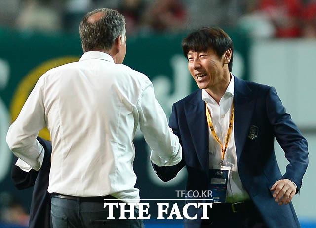 한국 신태용 감독과 이란 케이로스 감독이 무승부를 기록한 뒤 악수를 나누고 있다.