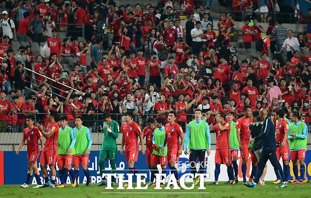 한국 선수들이 0-0으로 이란과 비긴 뒤 그라운드를 돌며 팬들에게 인사를 하고 있다.