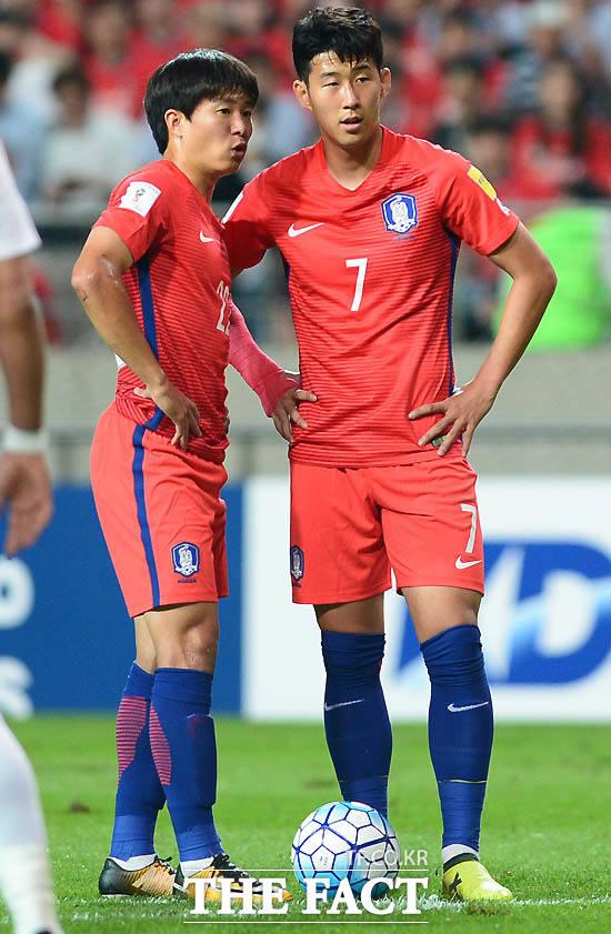 한국 손흥민과 권창훈이 이란 문전에서 프리킥 전 작전을 주고 받고 있다.