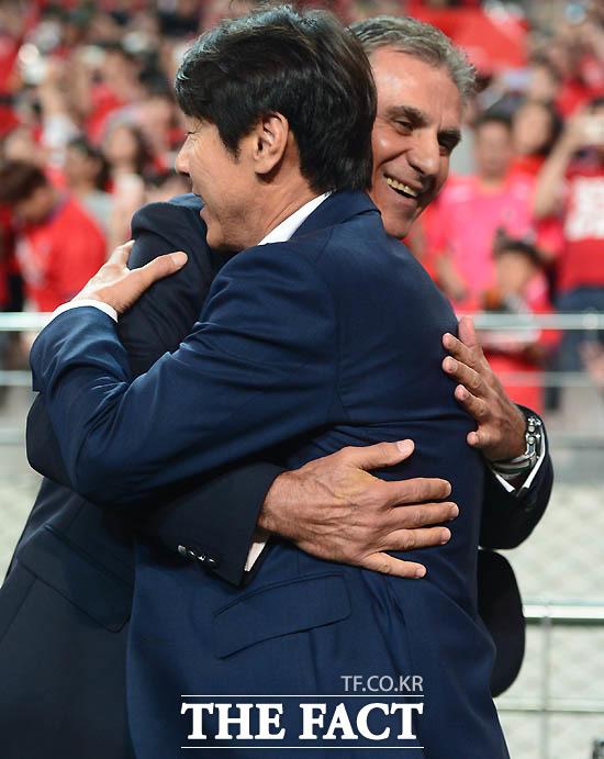 한국 신태용 감독과 이란 케이로스 감독이 경기 전 포옹을 나누며 인사하고 있다.