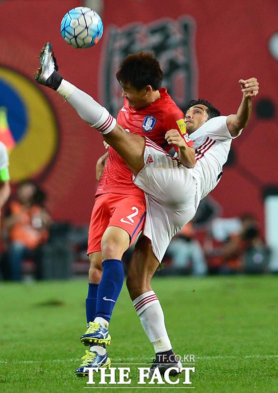 한국 최철순이 볼을 차지하기 위해 거친 몸싸움을 벌이고 있다.
