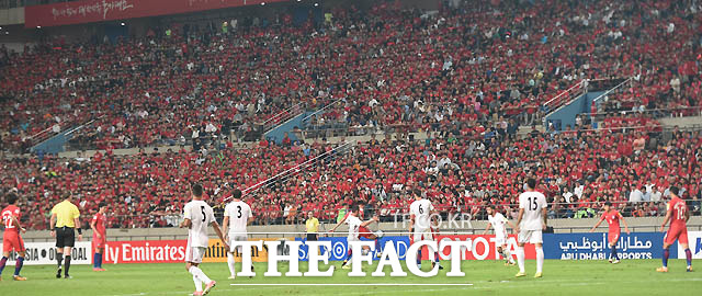 한국과 이란전이 열린 서울월드컵경기장이 빨갛게 물들어 있다.