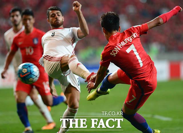 한국 손흥민이 이란 문전에 강력한 슛팅을 날리고 있다.