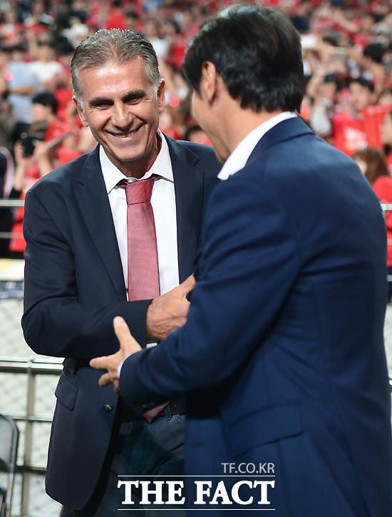 한국 신태용 감독과 이란 케이로스 감독이 경기 전 인사를 나누고 있다.