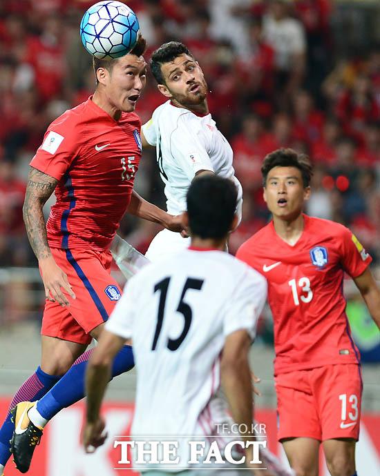 한국 장현수가 이란 문전에서 헤딩슛을 시도하고 있다.