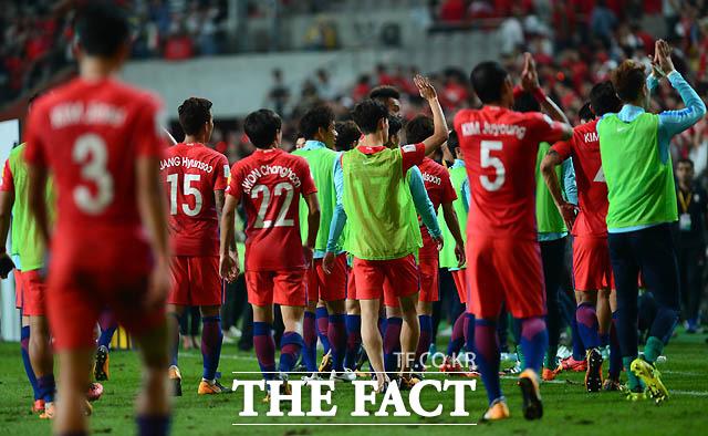 한국 선수들이 0-0으로 이란과 비긴 뒤 아쉬운 표정으로 그라운드를 떠나고 있다.