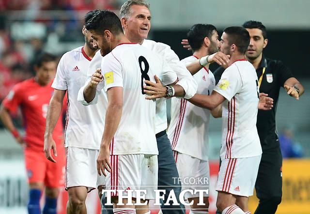 이란 케이로스 감독이 한국과 0-0으로 비긴 뒤 그라운드로 들어와 선수들과 포옹을 나누고 있다.