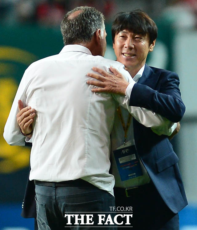한국 신태용 감독과 이란 케이로스 감독이 무승부를 기록한 뒤 포옹을 나누고 있다.