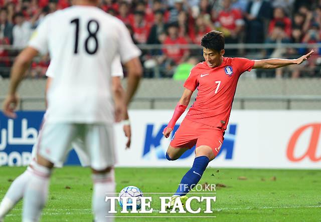 한국 손흥민이 이란 문전에서 프리킥을 차고 있다.