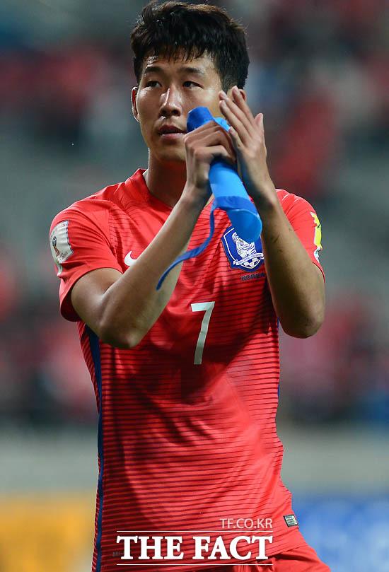 한국 손흥민이 0-0으로 이란과 비긴 뒤 아쉬운 표정으로 그라운드를 떠나고 있다.