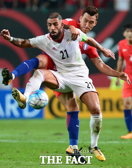 한국 장현수가 이란 선수와 거친 몸싸움을 벌이고 있다.