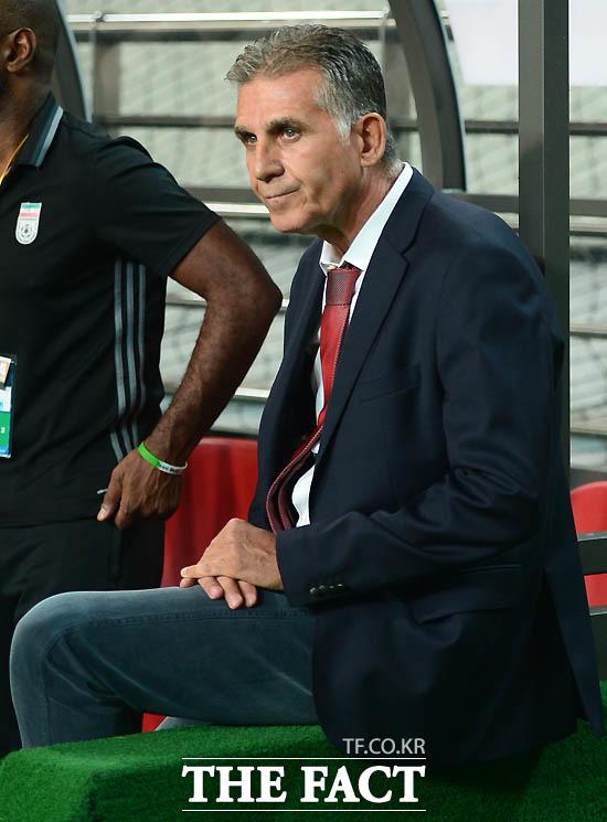 이란 케이로스 감독이 경기 전 벤치의 난간에 앉아 그라운드를 바라보고 있다.
