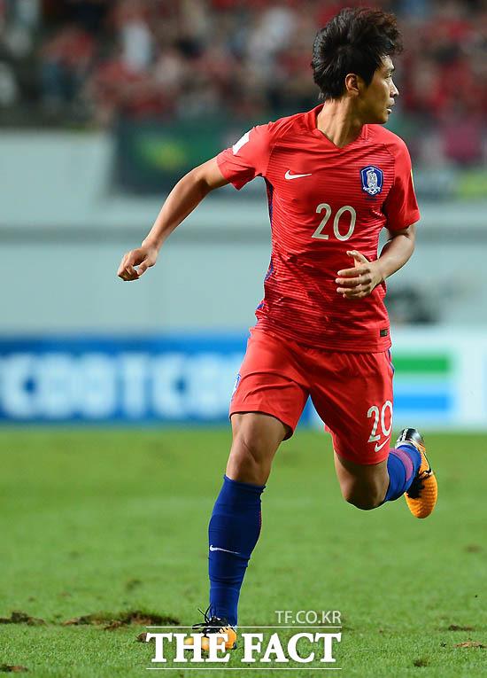 국가대표팀으로 복귀한 이동국이 움푹 패인 그라운드를  위험스럽게 뛰어가고 있다.