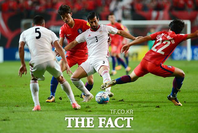 선수들이 볼다툼이 벌어지는 치열한 그라운드. 치열함이 더해 갈수록 패여가는 잔디.