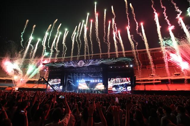 서태지 콘서트 현장을 수놓은 불꽃. 2일 서태지 콘서트 현장에서는 불꽃들이 하늘을 수놓았고 3만 5000여 관객들의 함성 소리가 울려 퍼졌다. /서태지컴퍼니 제공