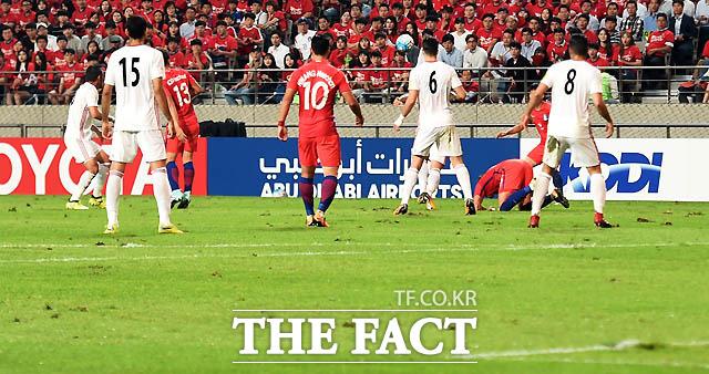 한국-이란전, 군데군데 패여있는 잔디가 한국축구의 현실을 말하고 있다.