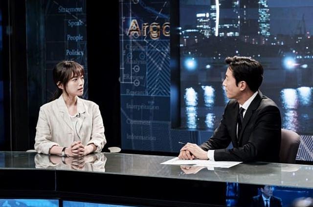 뉴스 스튜디오에 앉아 대담을 나누는 (왼쪽부터) 이연화(천우희 분), 김백진(김주혁 분)의 모습이다. /tvN 아르곤 캡처