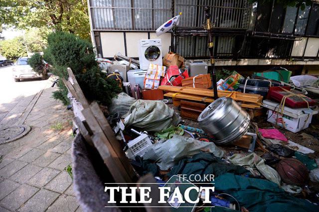 길 옆은 쓰레기가 가득