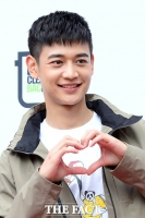 [TF포토] 샤이니 민호, '도봉산 빛내는 하트 미소'