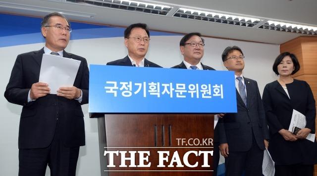 박광온(왼쪽 두 번째) 더불어민주당 의원은 문재인 정부의 블라인드 채용 정책을 뒷받침 하기 위해 최근 채용절차의 공정화에 관한 법률을 대표발의했다.  /임영무 기자